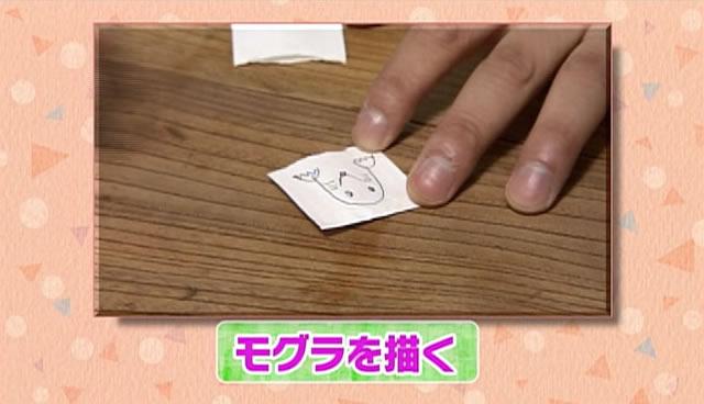 割り箸の袋にモグラの絵を描く