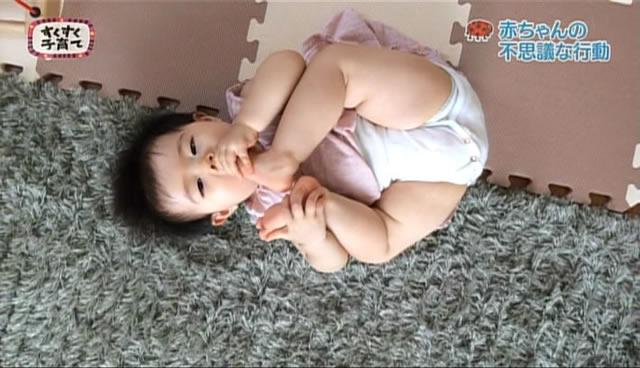 足をなめる赤ちゃん