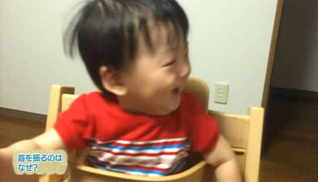 首をふる赤ちゃん