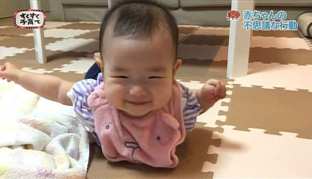 飛行機のポーズをする赤ちゃん