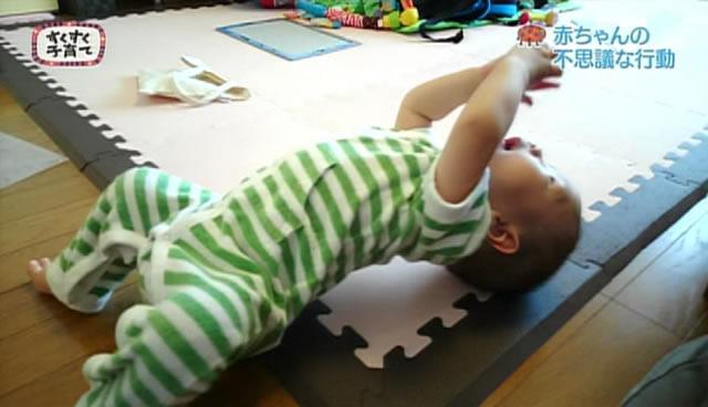 ブリッジをする赤ちゃん