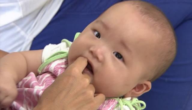 歯磨きの練習の仕方 赤ちゃんの唇の周りやほっぺをさわるイメージ