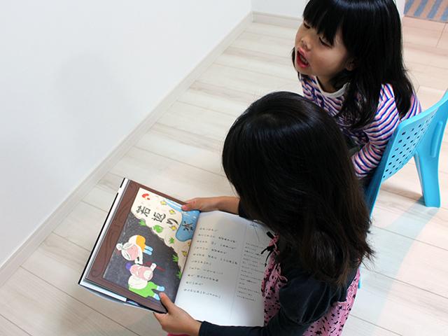 絵本「ベベンの紙芝居」を読み聞かせ