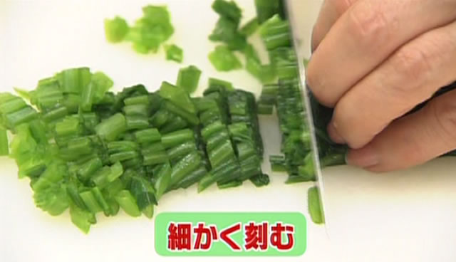ほうれん草とサケ缶の簡単キッシュ 子どもが食べやすいように、ほうれん草を細かく刻む。