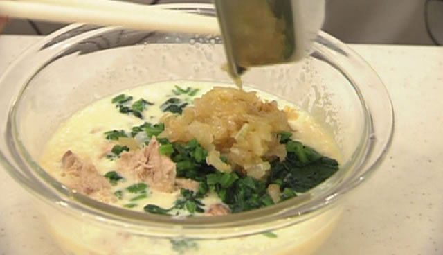 ほうれん草とサケ缶の簡単キッシュ 次にサケ缶、ほうれん草、炒めたたまねぎを入れて混ぜあわせる。
