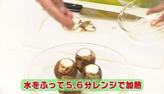 さといもの納豆ソースがけのつくり方 さといもに少しだけ水をふり、ラップをし、5~6分レンジで加熱する。