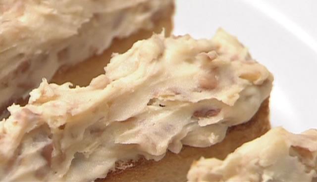 豆のフィンガートーストのつくり方 豆のクリームをトーストしたパンに塗る