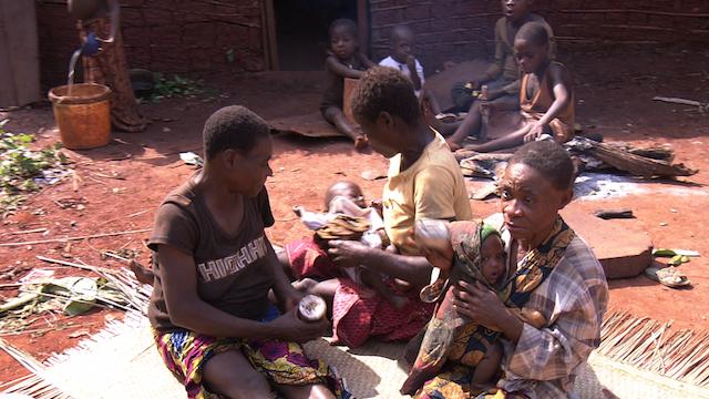 人類最古の子育てをするアフリカ原住民
