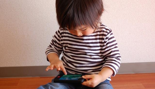 スマートフォンを使う赤ちゃん