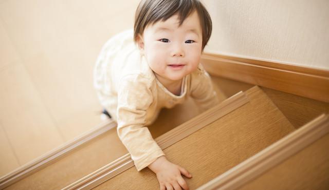 階段で遊ぶ赤ちゃん