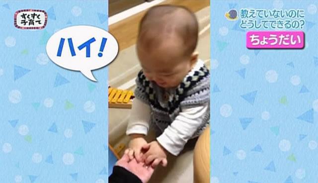「ちょうだい」と手を差し出す赤ちゃん