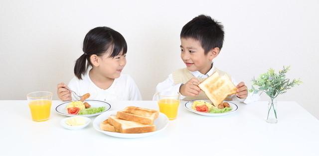 朝食を取る子ども