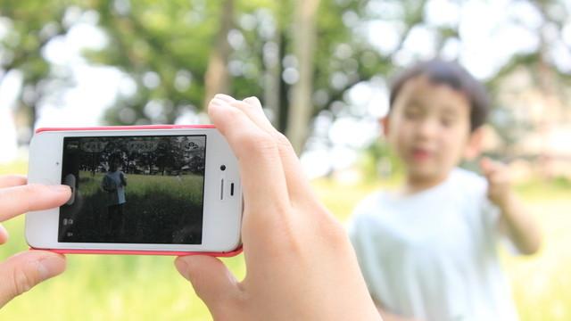 スマートフォンで子どもを撮影