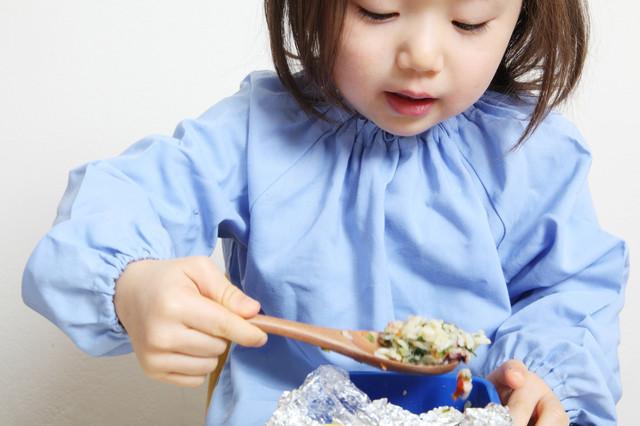 お弁当を食べる子ども