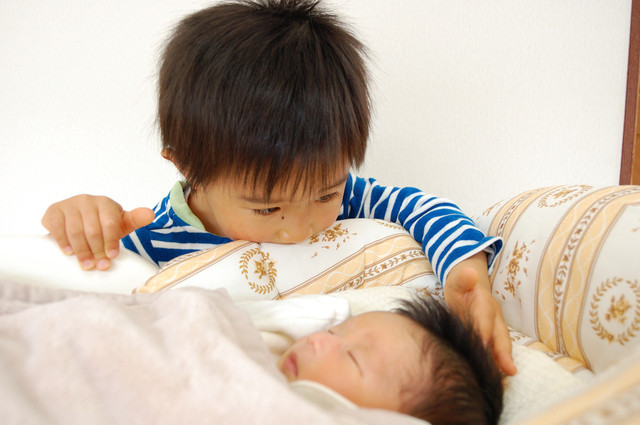 小さなお兄ちゃんと赤ちゃんの妹