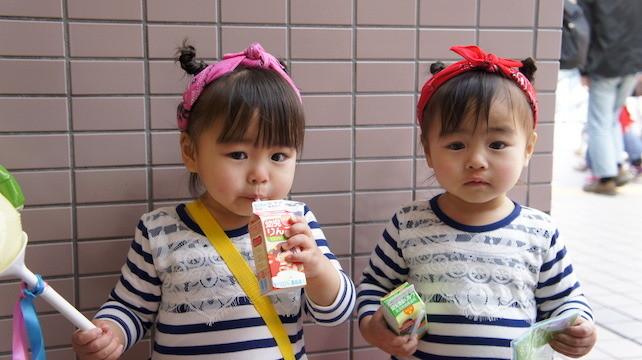 江崎グリコ「幼児のみもの」を飲む子どもたち