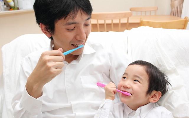 歯みがきする親子