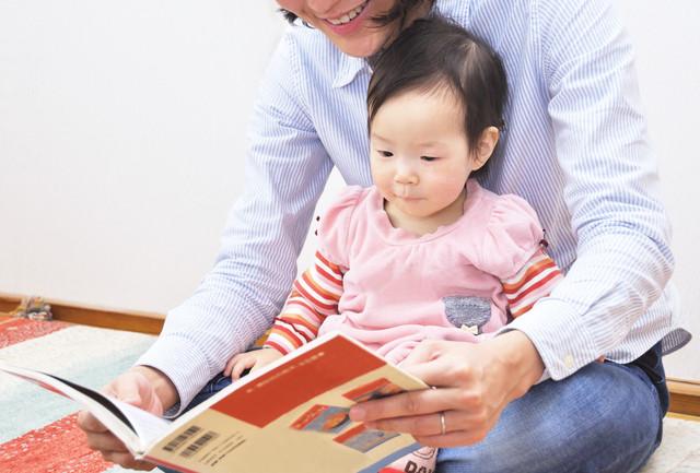 絵本を見る1歳児