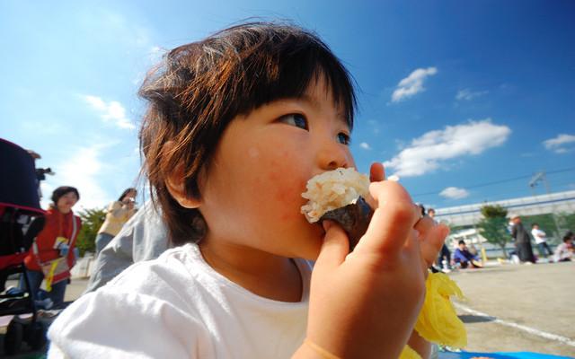 運動会でお弁当を食べる子ども