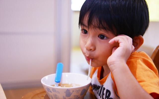 うどんを食べる男の子