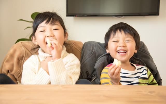 笑顔でおやつを食べる子どもたち