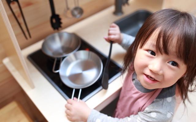 お料理に興味津々の女の子