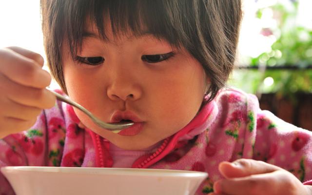 スープを食べる子ども