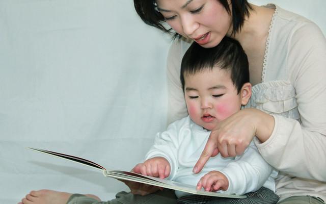 絵本を楽しむ親子