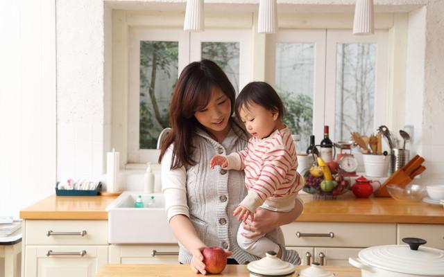 台所に立つ親子