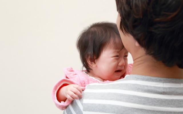 赤ちゃんをあやすパパ